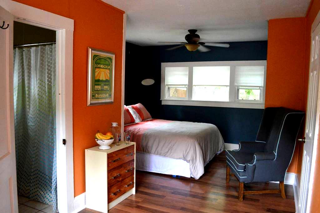 Mid Century Mod w/ private entrance - Asheville - Rumah