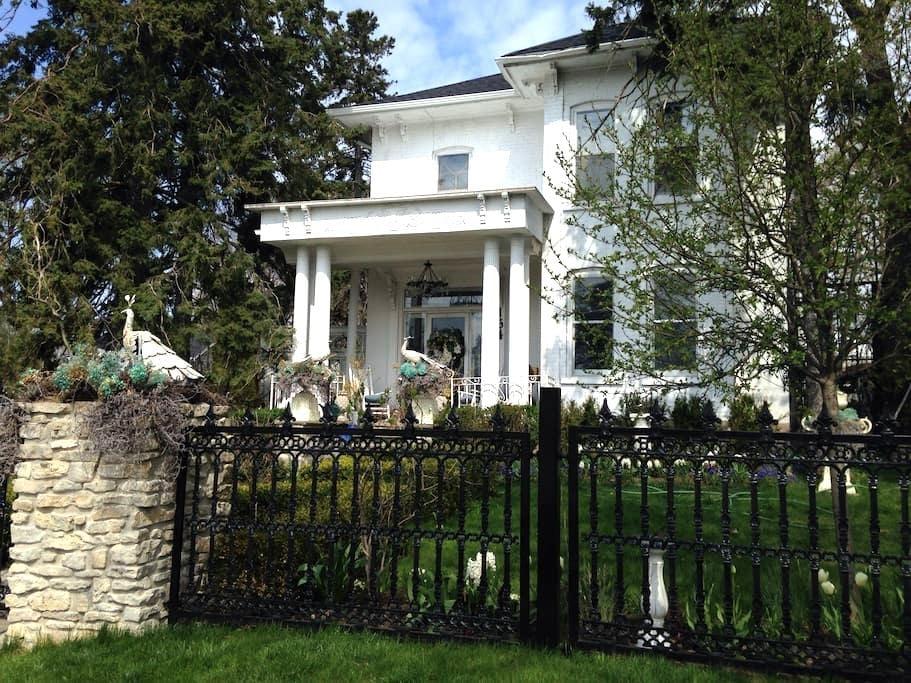 Eloras White Garden Room suite - Elora