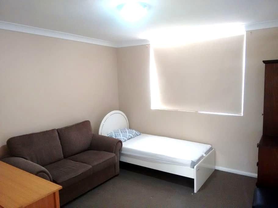 Cozy private room, with couch - Homebush West - Σπίτι