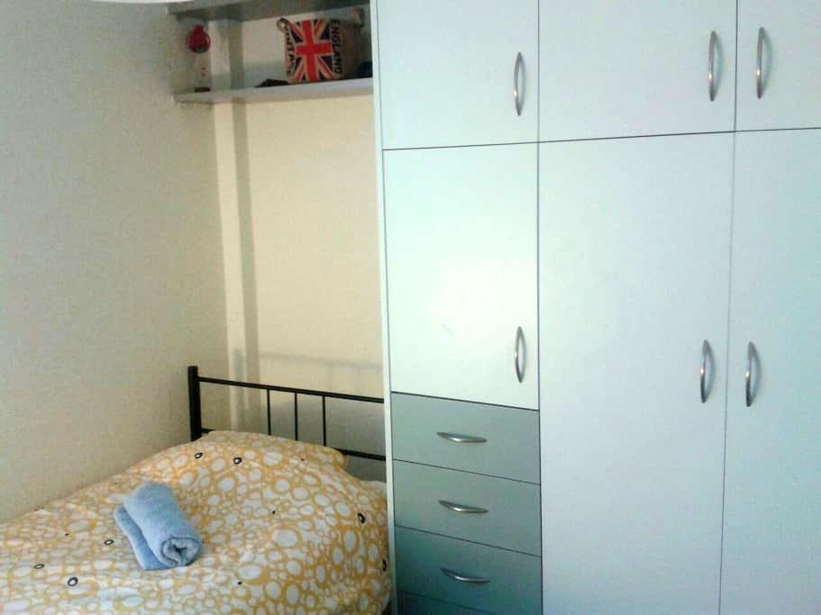 Single bed  12 min from the airport -  porto rafti
