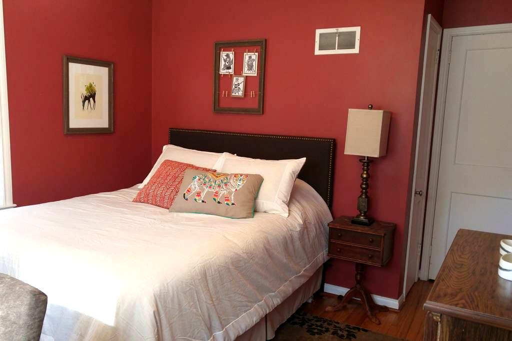 Morningside Room & Backyard Habitat - Iowa City - Ev