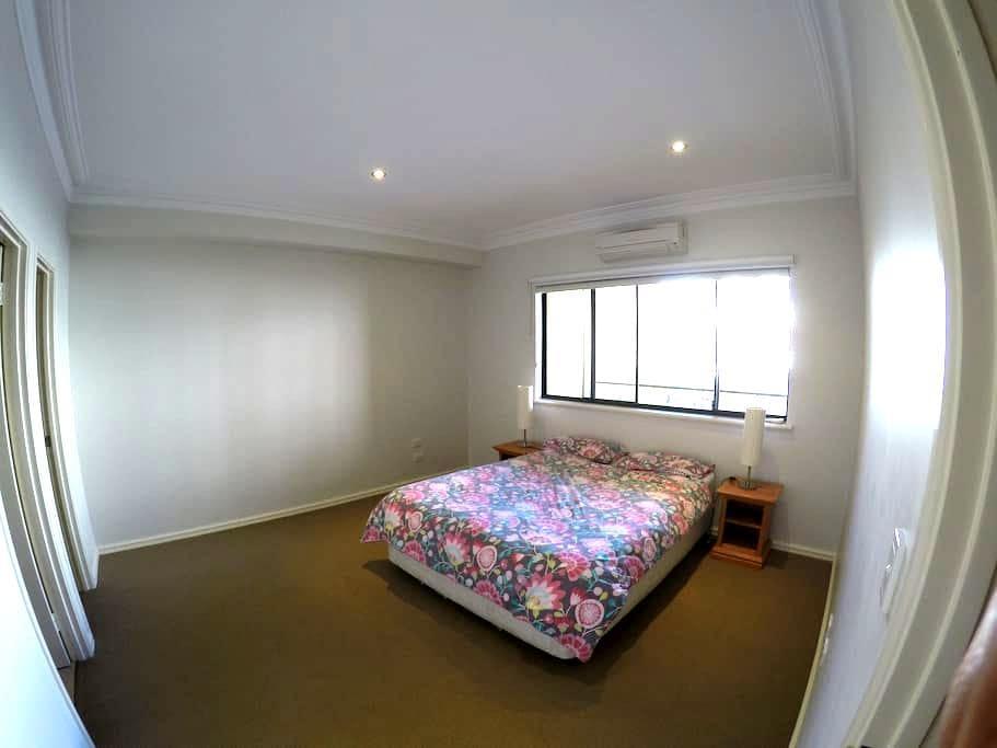 Spacious Bedroom w Private Bathroom in East Perth - อีสท์ เพิร์ธ - บ้าน