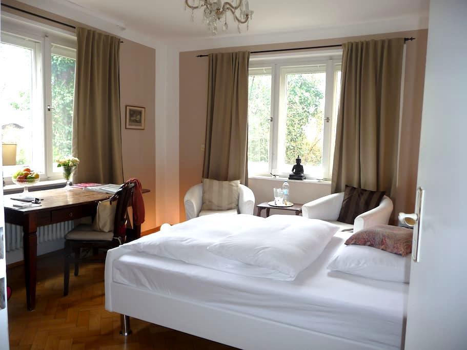 Centrally located, garden view room - München - Villa