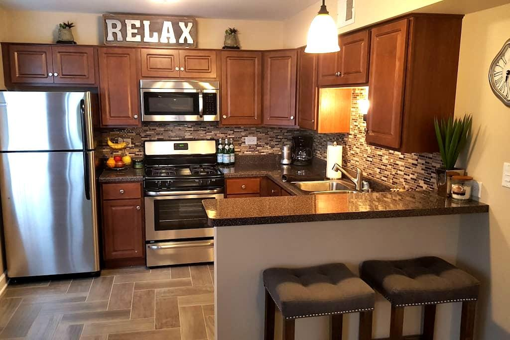 Warm, modern one bedroom, close to it all! - Chicago Ridge - Kondominium