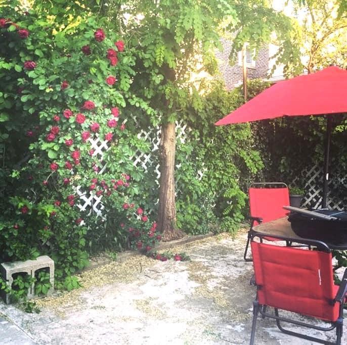 Cozy two bedroom with backyard patio - ฟิลาเดลเฟีย - อพาร์ทเมนท์