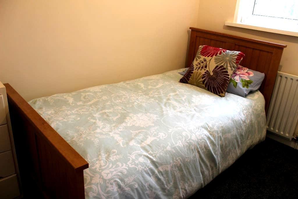 cozy single bedroom in quiet area - Stafford - House