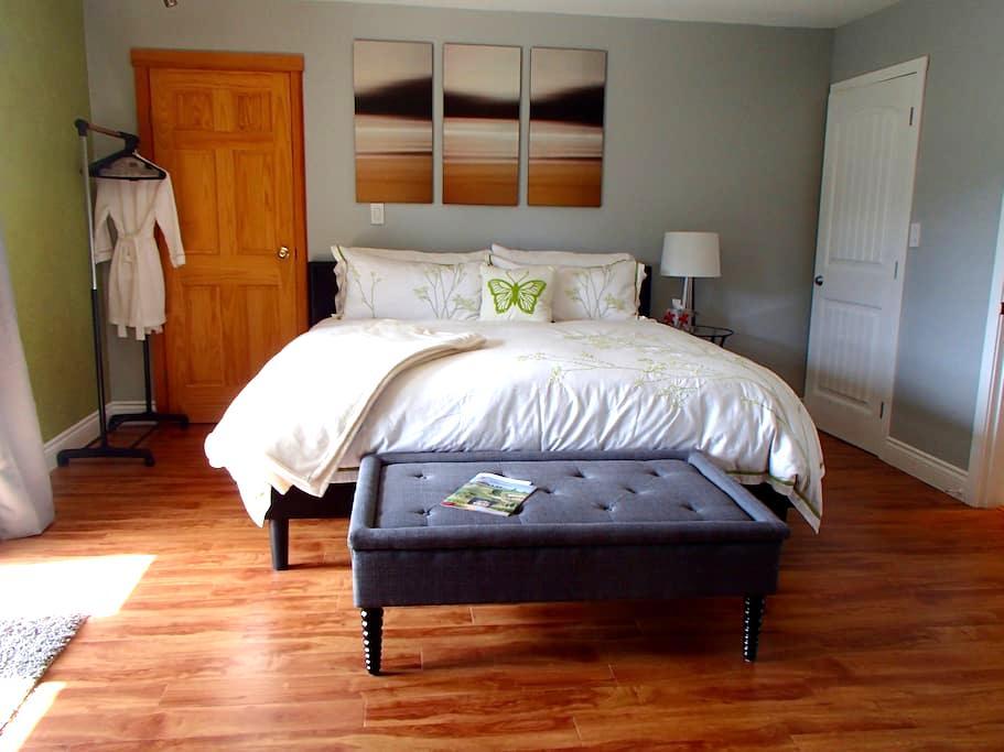A Golden Mile BNB - Granite Suite - Oliver - Bed & Breakfast