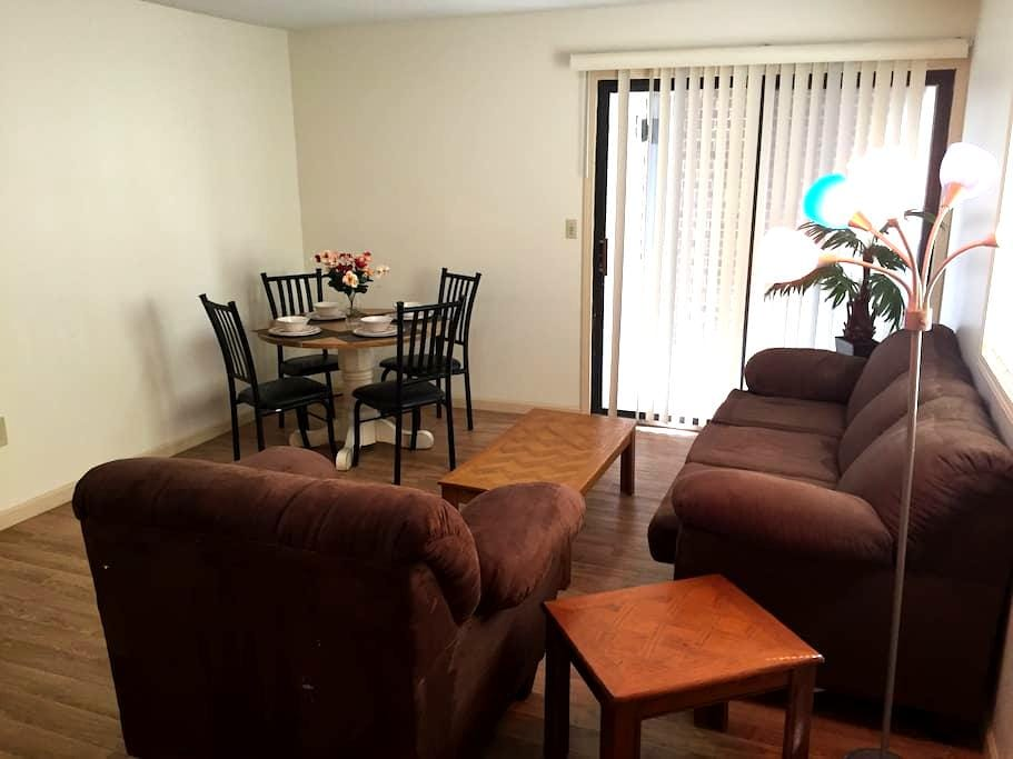 Beautiful 4 BR Apt. Next to  U of I - 2nd Floor - Urbana - Lägenhet