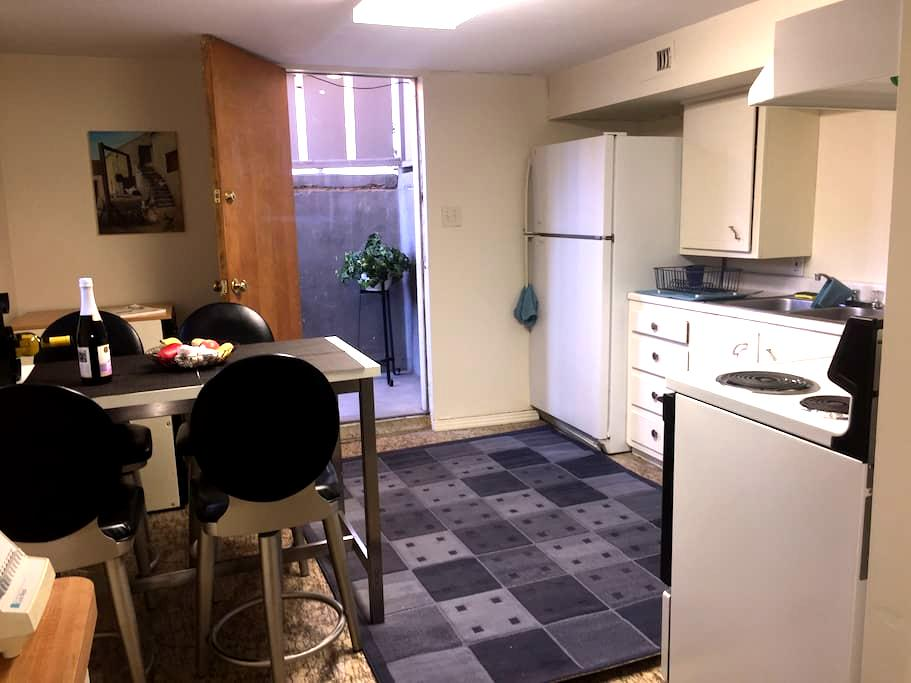 Private, clean centrally located 1Bdrm, bsment apt - Murray - Byt