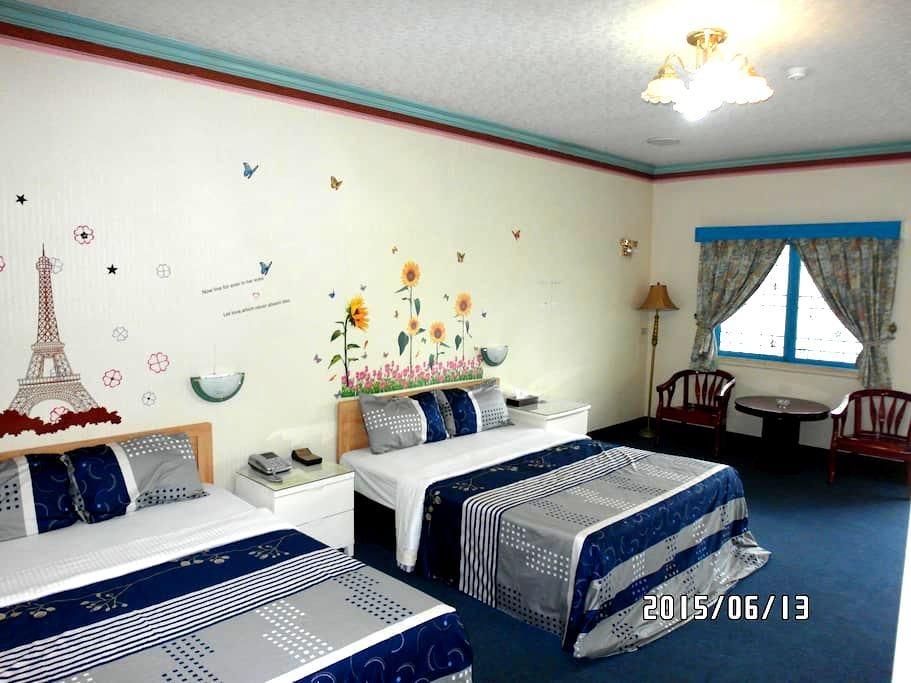 小桂林渡假木屋-夢幻藍夜四人套房 - Caotun Township