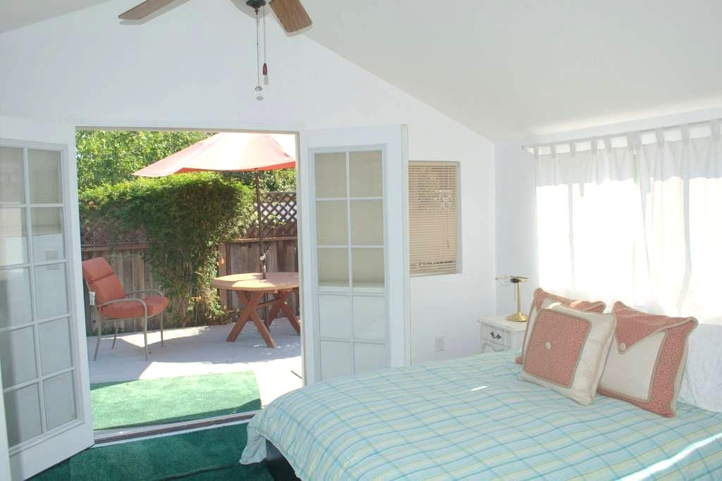 Private guest house in gated gardens - Los Angeles
