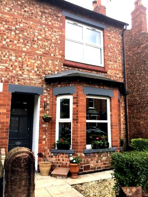 Victorian terrace in fab location - Altrincham - Casa
