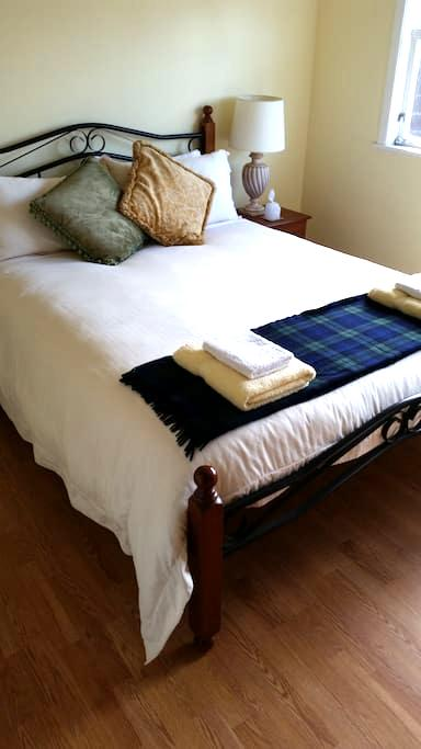 Cozy Bedroom with own bathroom breakfast if req'd - Hamilton - House
