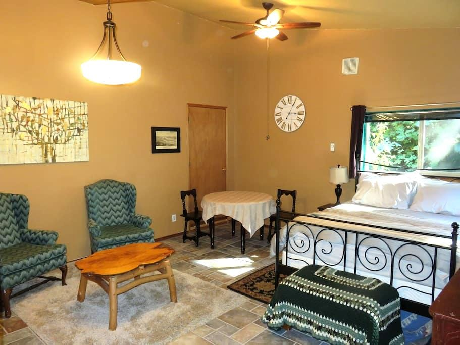 Charlotte's Annex: comfy private studio near town - Olympia - 宾馆