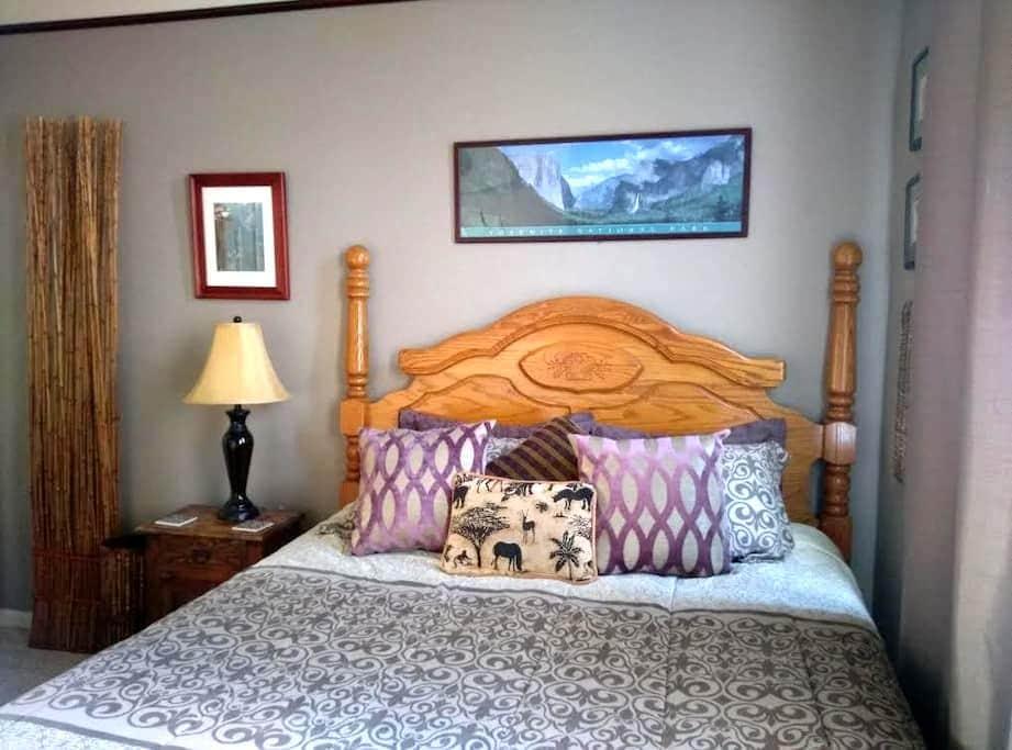 Safari Room, dwnstrs, w bkfst, putting green, pool - Roseville - Σπίτι