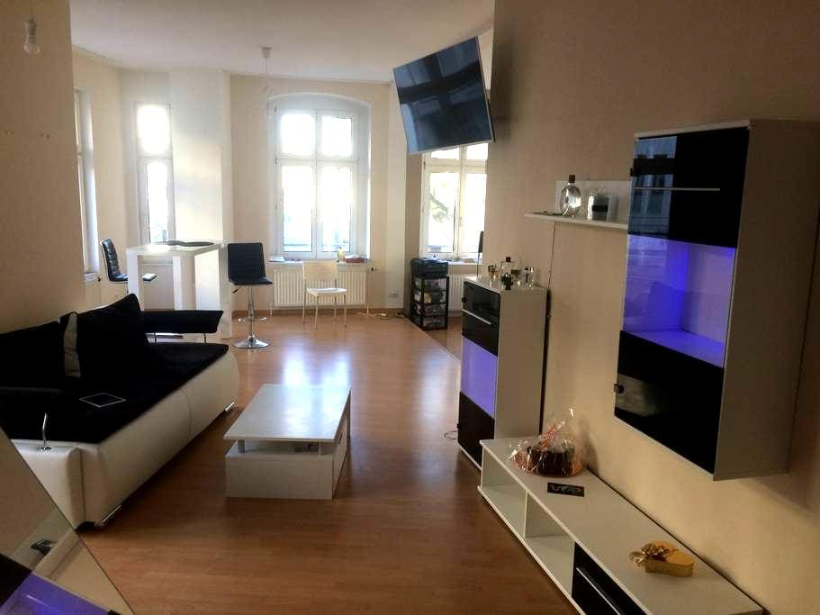 Tolles, komplett neu eingerichtetes Apartment - Düsseldorf - Departamento