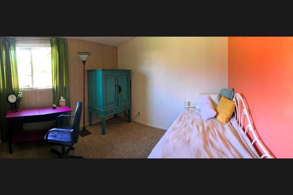 Sweet Guest Room w/ Desk Overlooking Garden - Long Beach - Ev