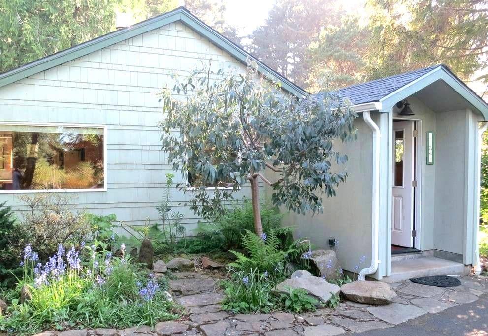 Cottage by Botanic Preserve   - Yachats - Ev
