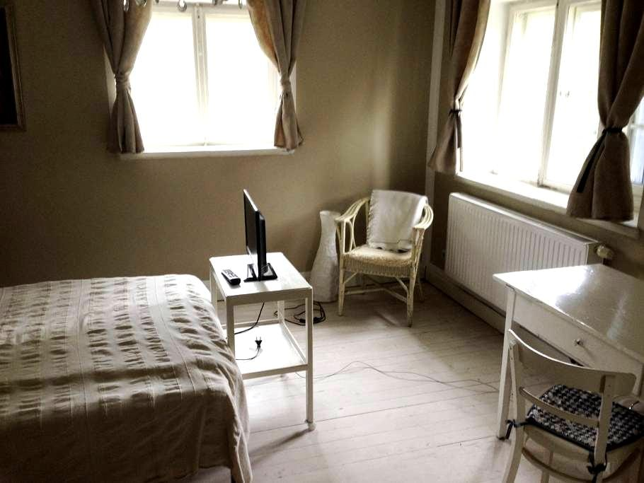 cozy room in shabby chique Villa, 20 Min to center - Pullach im Isartal - House