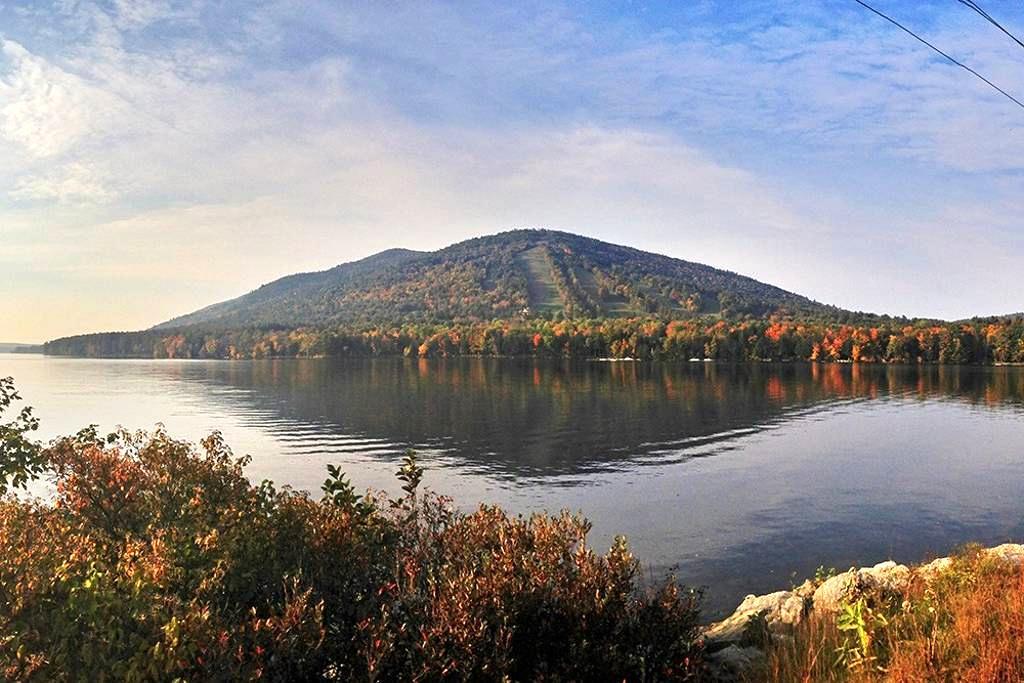Home nestled between lake and Shawnee Peak - Bridgton - Huis