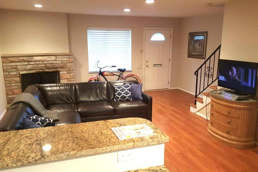 Entire 3 bedroom, modern townhouse. - Affton - Appartement