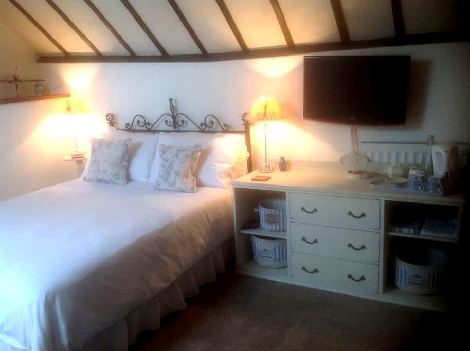 Large but cosy bedroom - Burgess Hill - Haus