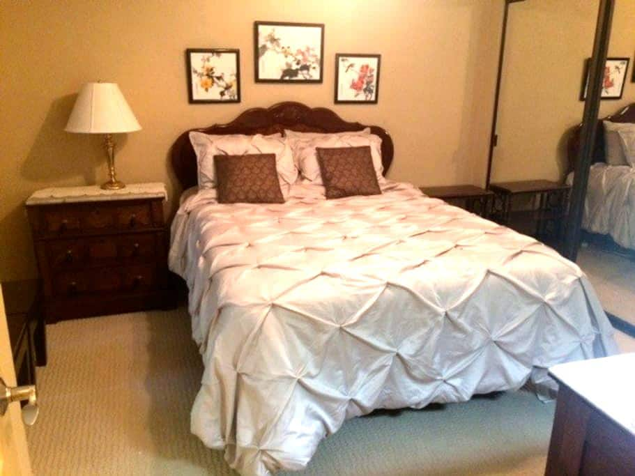 Deluxe Queen Bed,  Shower/Tub in desired NW Fresno - Fresno - Apartament