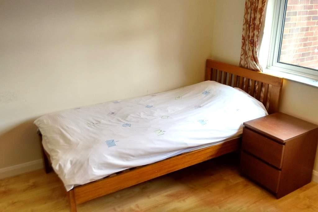 Single bed in Double room in a quiet house - Stevenage