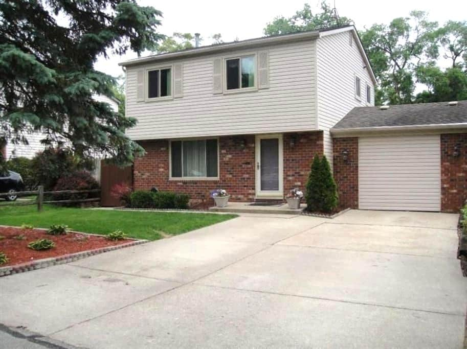 Cozy Home with Central Location - Ypsilanti - House
