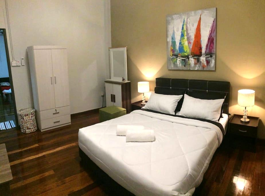 Tours, Cars & ZzZz @MGH (Double Room 1) - Kuching - House