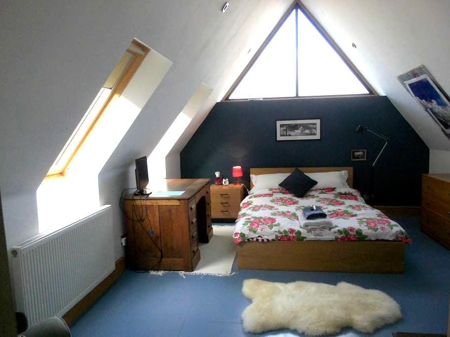 """""""Blue"""" double with own bathroom handy for M1 /M6 - Barby, Near Rugby - Huis"""