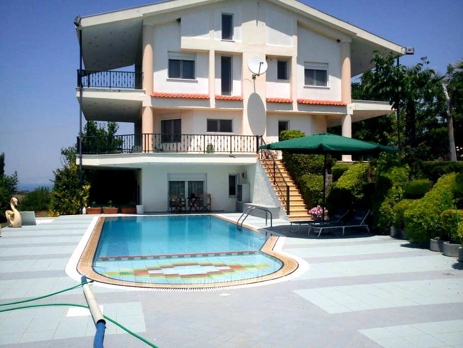 Huge and Luxurious suburban Villa - Thessalonique