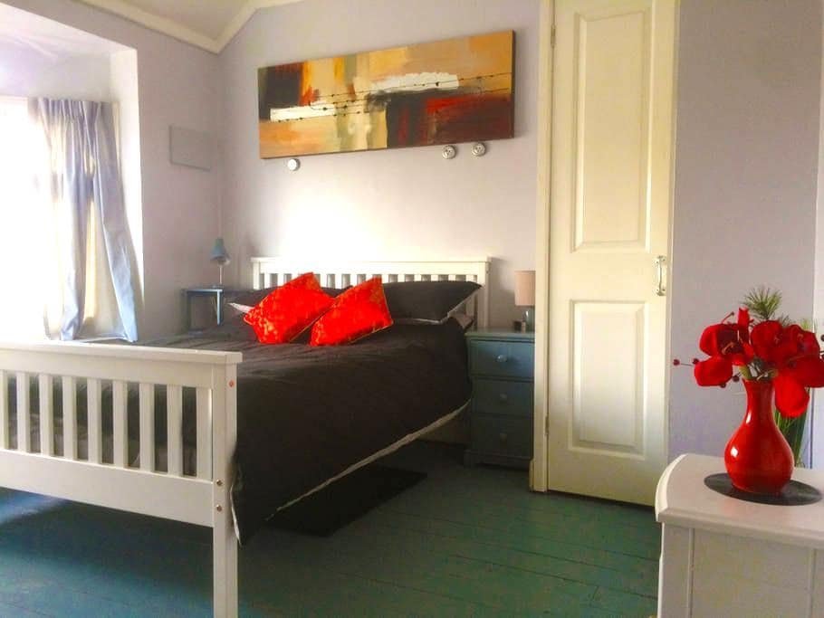 Nice double Bedroom in clean and quirky house. - Oxford - Hus
