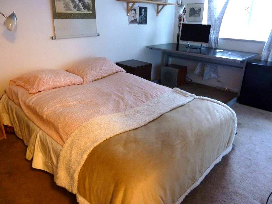 Spacious room with heavenly orthopedic mattress. - El Sobrante - Casa