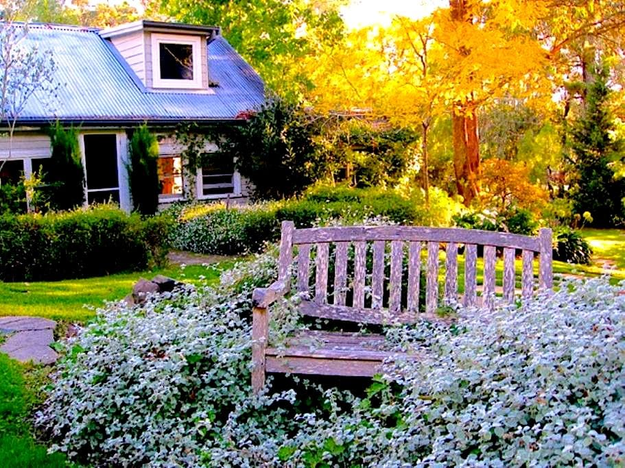 Morton Cottage - elegant garden hideaway - Bundanoon - Casa