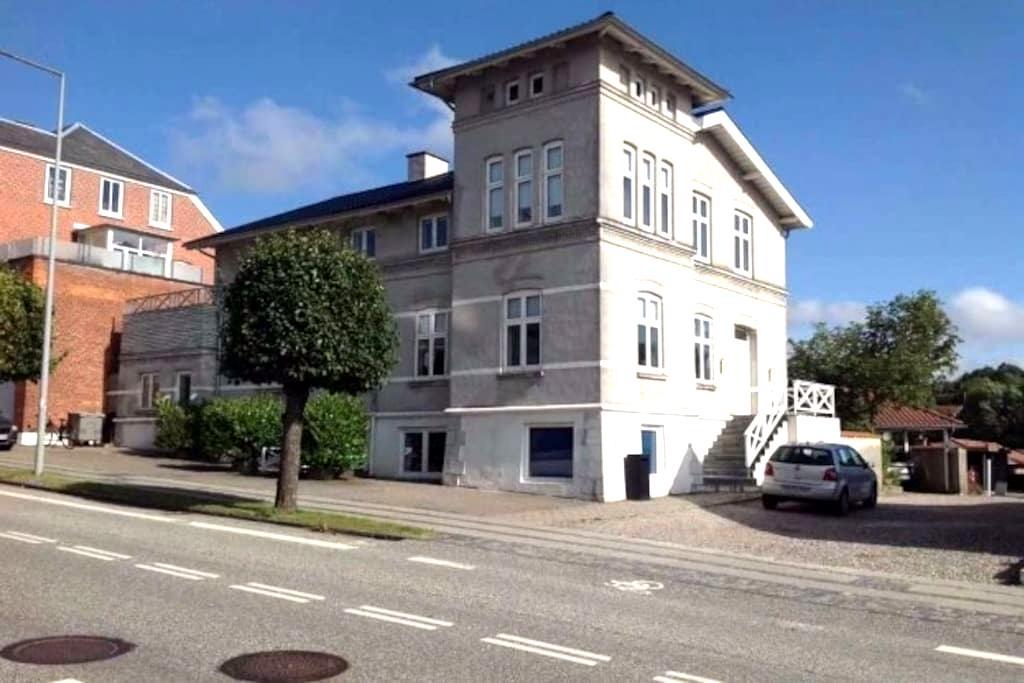 Stor smuk villa fra 1901 i hjertet af Hobro - Hobro