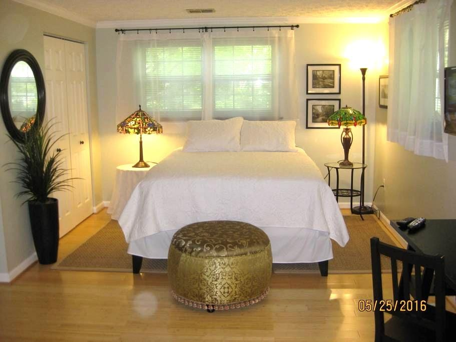 4 miles to Dulles. Private Suite of Rooms. - Sterling