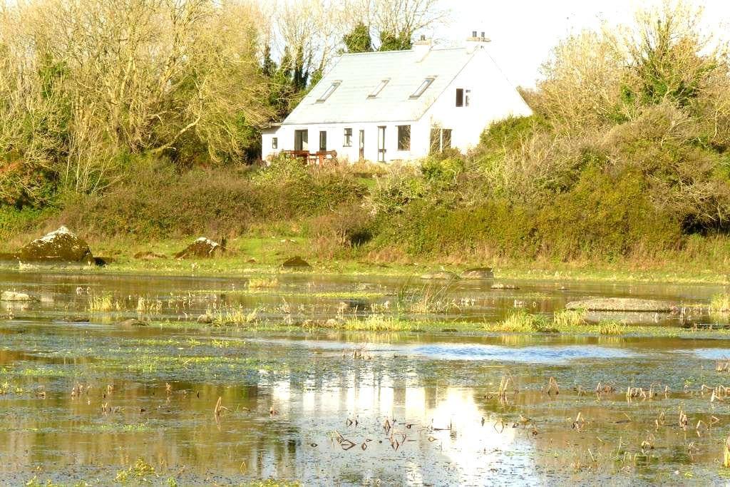 Spacious 4 bedroom retreat in peaceful location - Craughwell - Huis