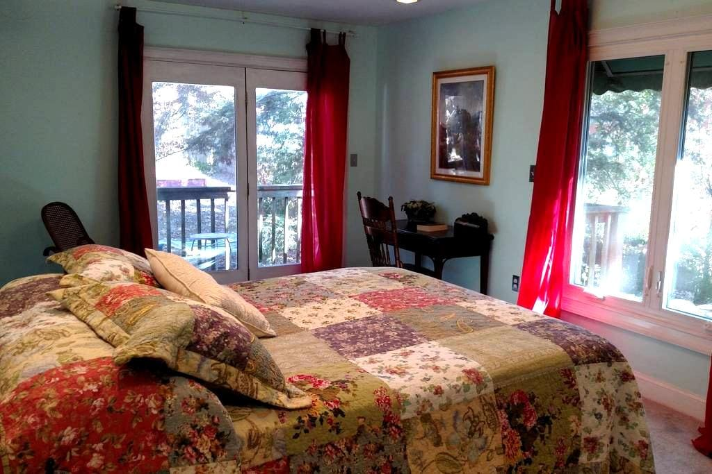 Queen-size bed, with full bath and private balcony - Signal Mountain - Bed & Breakfast