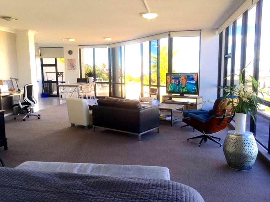 PENTHOUSE STUDIO - SOUTH BRISBANE + Car Park - South Brisbane - Apartment