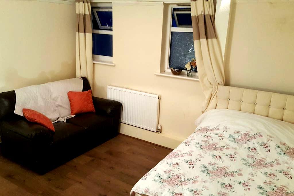 Spacious Room with own Kitchen, Bathroom & Garden! - Edgware