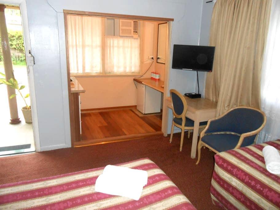 End room in renovated 1960's Motel. - Bulahdelah - Bed & Breakfast
