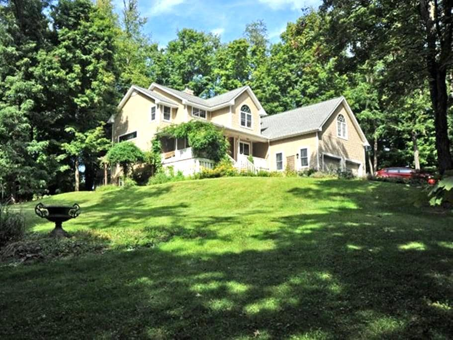2 bedrooms: NEAR BARD/OMEGA/FDR/COUNTY FAIRGROUNDS - Rhinebeck