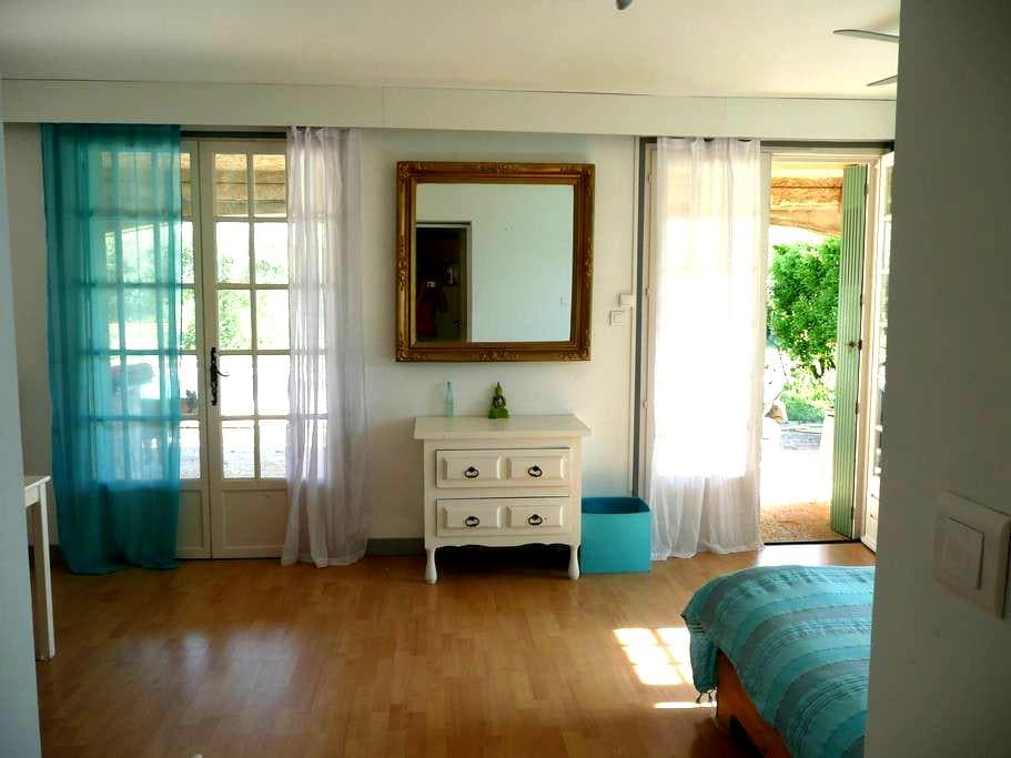 Room at the countryside in Nîmes. - Nimes - Hus