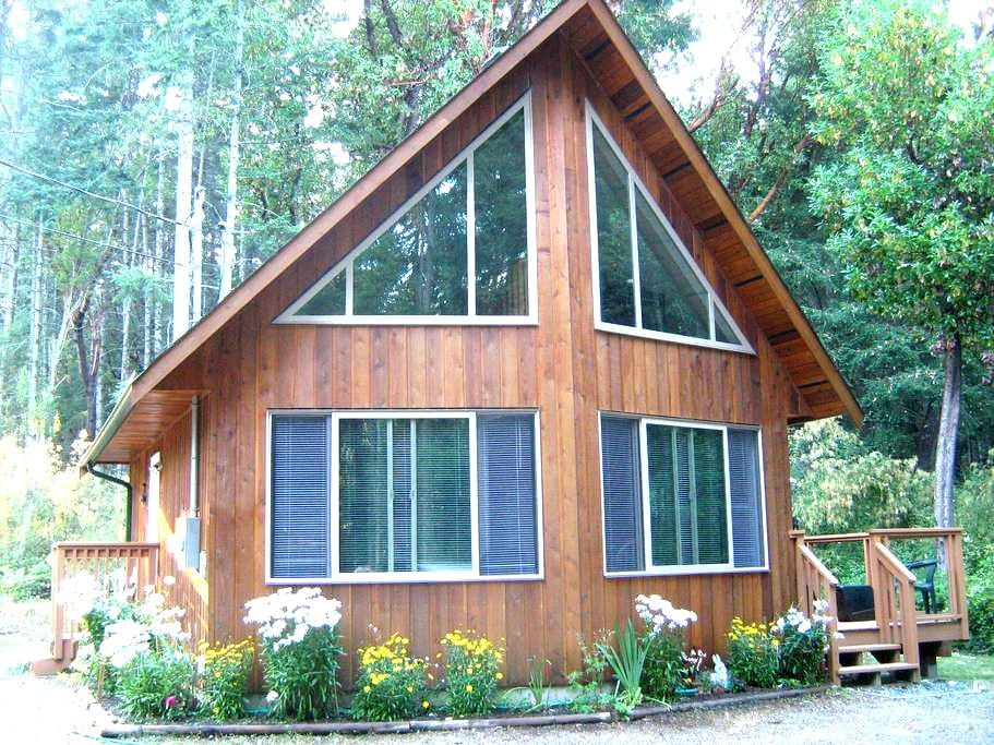 Private cedar home nestled in woods - Nanoose Bay - Huis