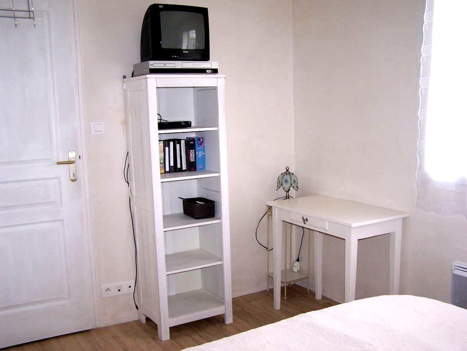 chambre environ 10 m2  ds maison calme  et jardin - La Chapelle-Rousselin - House