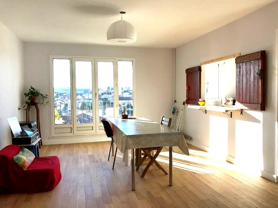 Spacious room with private bathroom near metro - Villejuif - Leilighet