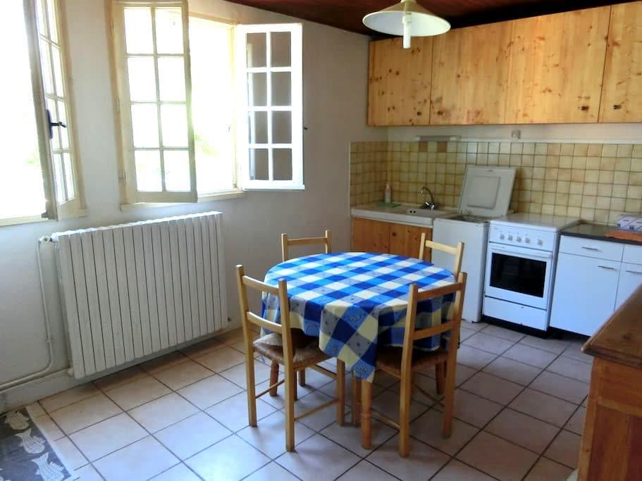 maison ds hameau paisible  saugues - Saugues - บ้าน