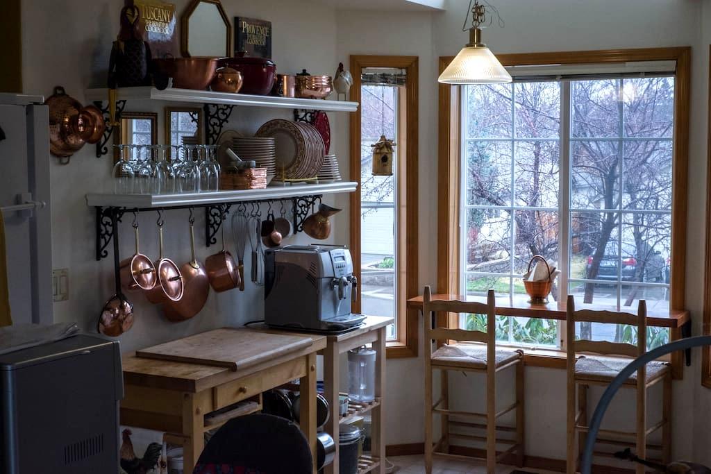 Bedroom, private bath, kitchen. - Bend - Rumah