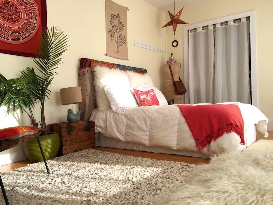 Sunny 2nd floor bedroom /Full bed/Proctor area - Andover - Hus